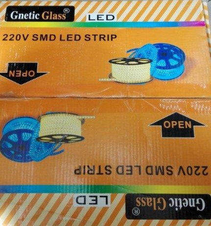 TIRA LED Y ENCHUFE, marca GNETIC GLASS, ref. 30024 (tira led) y ref. 31144 (enchufe).